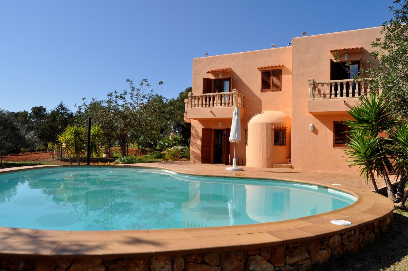 Optimus ibiza servicios inmobiliarios y de conserjer a for Casas grandes con piscina y jardin